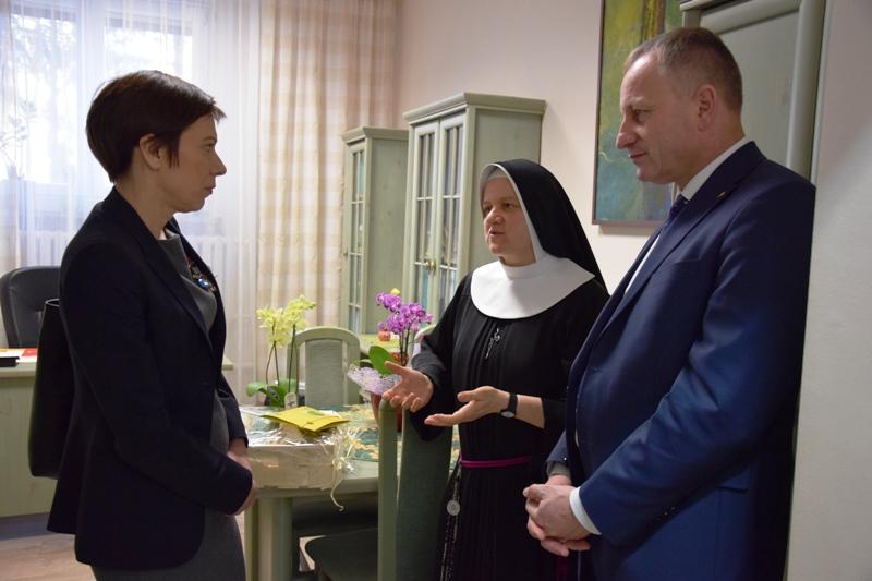 Starosta Powiatu Szamotulskiego Józef Kwaśniewicz w towarzystwie sisotry zakonnej rozmawia z Panią Anną Skupień.