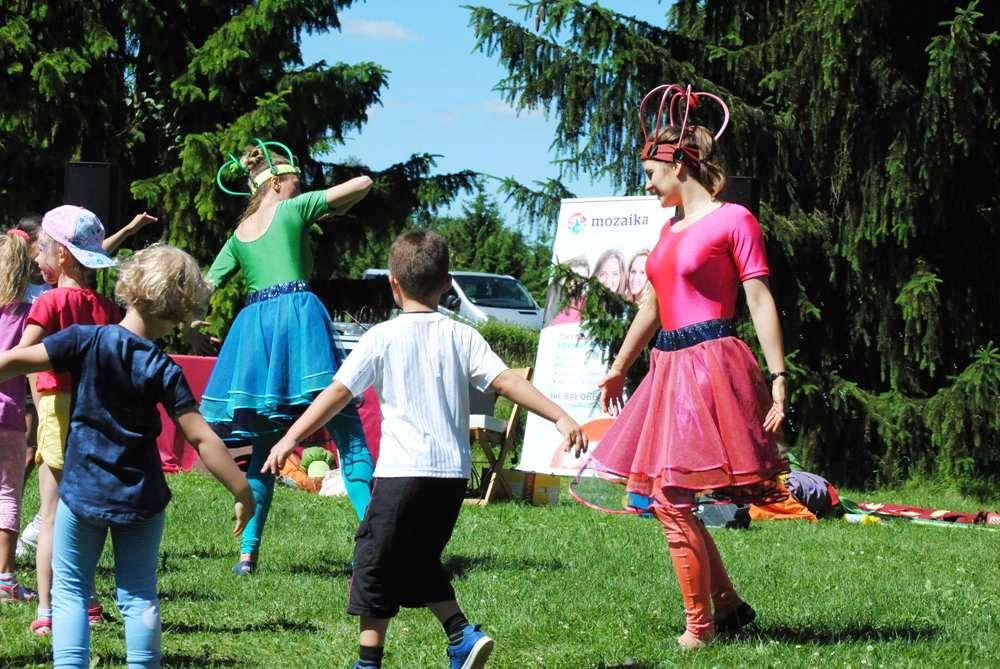 Dzieci i dorośli podczas zabaw na dworze.